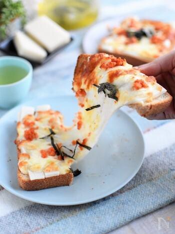 パンに薄く切った切り餅とチーズ、明太子を乗せて焼くだけで完成!最後に海苔をトッピングして。びよ~んと伸びるチーズ&お餅が食欲をそそります。