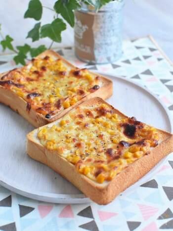 コーンの甘さと味噌の塩気が相性抜群なコーン味噌チーズトースト。味噌はみりんと生姜パウダー(チューブでもOK)を入れて、ほんのり甘みとパンチをプラス。生姜パウダーはなくてもOK。味噌もチーズも発酵食品なので、腸活にもぴったりですよ。