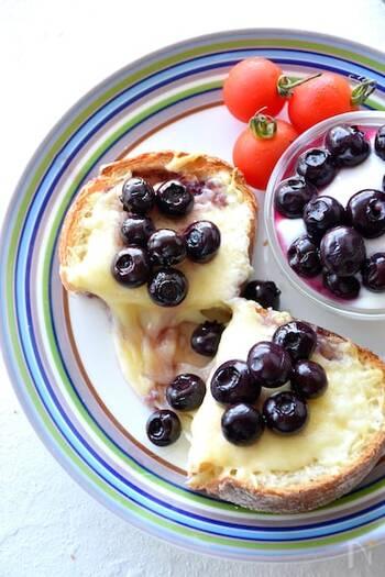 シロップ仕立ての生ブルーベリーを使ったブルーベリーチーズトースト。少しバルサミコ酢を加えて煮ることで味にアクセントをプラス。見た目も華やかで気分が上がりますね。