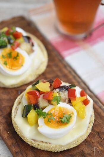 作り置きできる夏野菜のマリネをチーズやゆで卵と一緒にイングリッシュマフィンに乗せていただきます。もちろんパンは食パンでもOK。彩りもよく、見た目も華やかでおもてなしにもぴったりです。