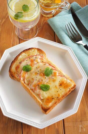 スライスしたりんごを使ったりんごのチーズトースト。りんごの酸味にはちみつの甘さ、チーズのしょっぱさなど色んな味を一度に楽しめますよ。