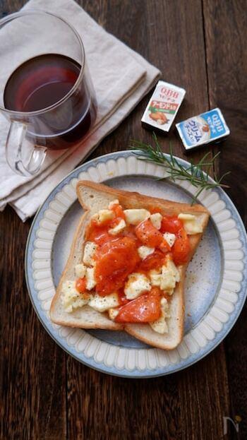 熟した柿はトーストでいただきませんか?レシピでは2種類のチーズを使用しますが1種類でもOK。全部乗せて焼くだけなので簡単ですね♪