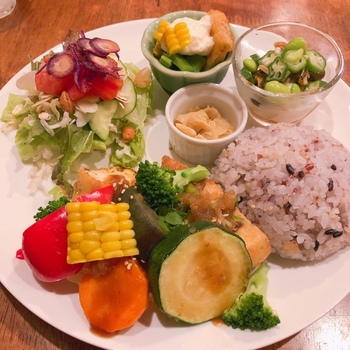 「やさしいやさしい豆腐ごはん」は、がんもどきや油揚げと野菜がワンプレートに盛り付けられています。色とりどりの野菜がたっぷりで、野菜不足を解消したい方にもおすすめです。