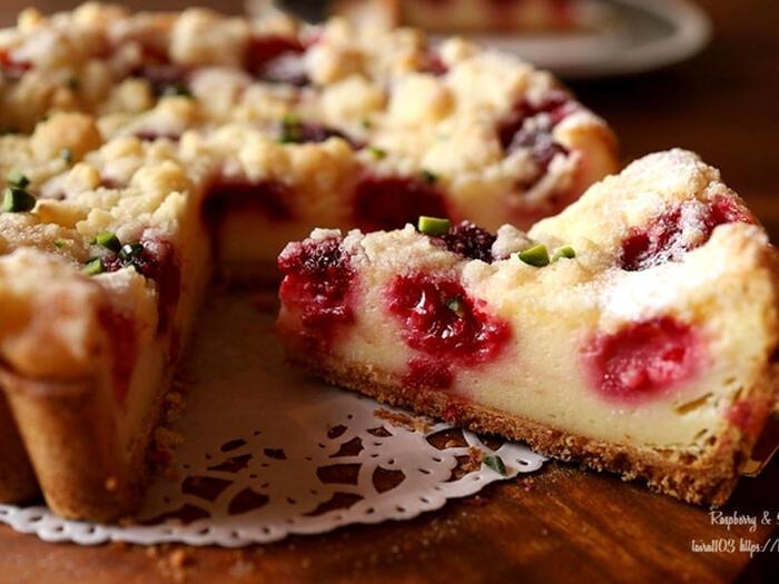 シュトロイゼル(Streusel)とは、ケーキ表面にまぶされたそぼろ状の生地のこと。これを散らしてケーキを焼き上げると、細かいシュトロイゼルがカリカリ、サクサクになり、食感のアクセントになります。シュトロイゼルが乗っているものはすべてシュトロイゼルクーヘンと呼びますが、こちらのレシピではチーズタルトがベース。濃厚なチーズの味わいと香ばしいシュトロイゼルが、絶妙なハーモニーを楽しませてくれます。