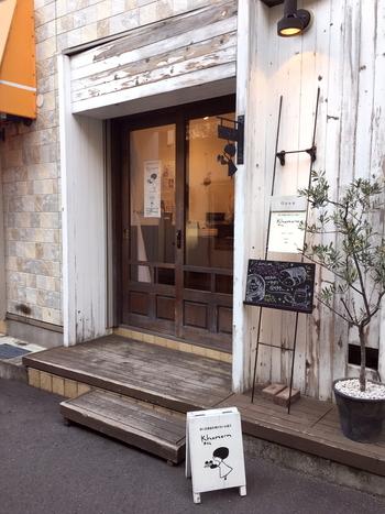 西荻窪駅南口から歩いて3分ほどの場所にある「khanam(カナム)」は、マッシュルームカットの女の子が目印のテイクアウト専門の焼き菓子店。