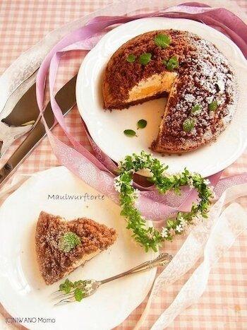 マウルヴルフクーヘン(Maulwurfkuchen)は、マウルヴルフトルテともいい、直訳すると「もぐらケーキ」という意味です。こんもりとしたシルエットから分かるように、もぐらが土の中から顔を出す時にできる土の山を模したもの。もぐらが頑張って作ったケーキのようで、意味を知るとかわいらしく見えてきますね。ふわふわのココアスポンジでできた塚の中には、たっぷりのクリームとスライスされたバナナ。誰もが美味しいと知っている、間違いのない組み合わせです。
