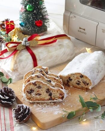 最近日本でもクリスマスに見かけるようになった、ドイツの伝統的なお菓子シュトレン。一般的なシュトレンにはレーズンやナッツ、マルツィパンなどが入っていますが、バレンタインにはチョコチップをたっぷり入れてみましょう。生地にカカオを入れたり、色とりどりのドライフルーツを入れれば、さらに華やかに。切った時の断面も鮮やかになり、プレゼントにもぴったりです。こちらのレシピならホットケーキミックスで作れるのでとっても簡単。スパイスも使わないので、誰にでもプレゼントできる味わいになっています。