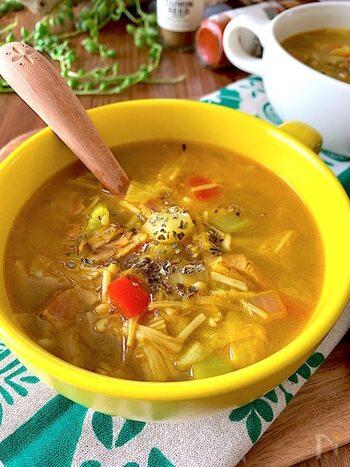 ダイエット中のレシピにもおすすめな、食物繊維たっぷりな野菜スープ。ナンプラーとカレー粉を使うことで、スパイシーで体があたたまるレシピに。