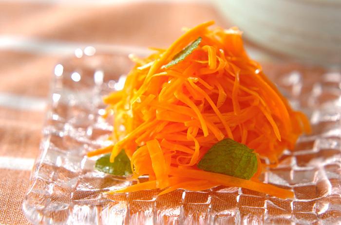 みんなの大好きな色鮮やかな人参サラダも、ナンプラーとミントを加えれば、アジアを感じられるサラダに変身。 ミントのグリーンで彩りも一際おしゃれに♪