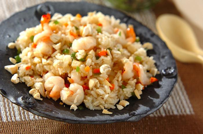 冷蔵庫のあまりものを使って手軽に作れるチャーハンは、調味料を変えるだけでガラッと風味が変わる一品。こちらのレシピは、エビや筍を使った香りと食感も楽しめる、エスニックチャーハンです。