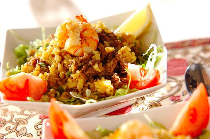 カレー粉×ナンプラーで、スパイシーで香り豊かな、食欲をそそるエスニックチャーハンを作れます。どんな野菜とも相性がよいので、一皿でバランス良く栄養が摂れそう。食べる前にレモンをキュッと絞れば、東南アジアへトリップ。