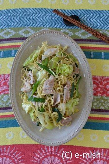 野菜不足を感じたら試してほしい一品、しゃきっと野菜のエスニック塩焼きそばです。 ナンプラーやブラックペッパーの香りで、お箸が止まらなくなりそう。 しんなりしてしまう野菜をしゃきっとさせるテクニックも必見です。