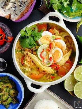 メイン料理にもなる食べるスープ。ソトアヤムは、スパイスたっぷりの鶏肉のスープで、インドネシア料理として人気です。 スープカレーに近い味なので好きな方も多いはず。
