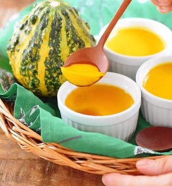 かぼちゃの自然な甘さをいかしてお砂糖控えめ、アンチエイジングが期待できるメープルシロップを使った、やさしい甘さのプリンです。