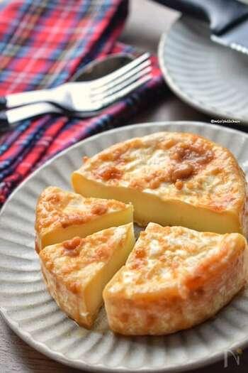 カマンベールに、味噌とはちみつがあればできてしまうお手軽レシピ。ジップ付きの袋に味噌とはちみつを入れて混ぜ、カマンベールチーズを丸ごと入れたら冷蔵庫で1日置いたら出来上がり。濃厚な味わいはやみつきになる美味しさ!食べすぎ注意です!