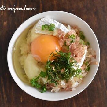 美味しすぎると話題のカマンベールTKG。カマンベールは後乗せではなく、炊飯時に一緒に炊きます。和風だしの風味とカマンベール、濃厚な卵が調和し、食べる手が止まらなくなる美味しさです。