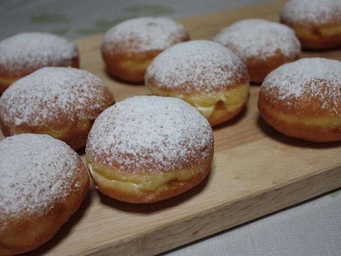 クラップフェン(Krapfen)は、日本で言う揚げパンのようなお菓子。地域によってさまざまな呼び方、作られ方、味わいがあります。こちらのレシピではイースト生地を使い、ふわふわの食感に。仕上げに粉砂糖を振り、アプリコットジャムを入れています。クラップフェンでは、その他いちごジャムを入れるもの、シナモンシュガーをまぶすものなどもあり、アレンジはあなた次第。冷めると食感が変わってくるので、温かいうちに食べてもらいたいですね。