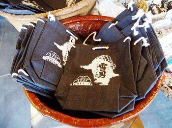 """江戸時代の作家、鈴木牧之が書いた「北越雪譜」で登場する、毛むくじゃらの異獣にちなんだお酒""""雪男""""は女性に人気。ラベルも愛くるしく、オリジナルグッズも購入できます。"""