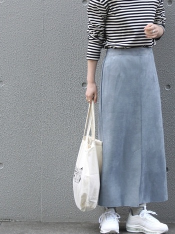 シンプルなスタイルが好きな方は、単色のベーシックカラーを選べばコーデに合わせやすくなるので、デイリーで楽しめるカジュアルな着こなしに。