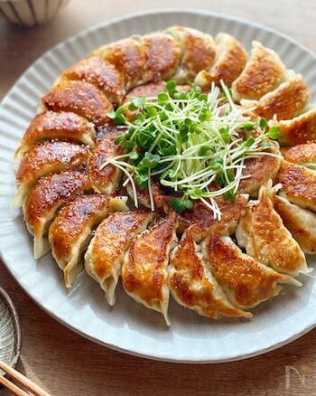 熱々サクサクが美味しい餃子。そんな餃子も、椎茸と鶏ひき肉で作ると香り豊かにさっぱりと仕上がります。椎茸のボリュームが多いのでヘルシーで、大葉も入って後味もすっきり。どんどん食べられちゃうので、是非多めに作って楽しんでみてくださいね。