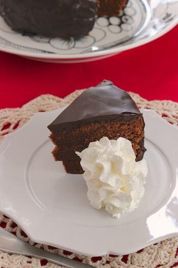生地に混ぜ込むチョコレートの割合が多いザッハトルテレシピです。コーティング用のチョコレートもテンパリングの必要がないものを用意。たっぷりのチョコレートで厚めのコーティングになりますよ。  しっとりとした舌触りの重めの生地で、濃厚なチョコレートの美味しさを感じられます。