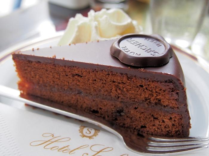 ウィーン中で人気となった「ザッハトルテ」ですが、ウィーン王室御用達の老舗「デメル」と「ホテル・ザッハー」が「ザッハトルテ」という商標をめぐって7年にも及ぶ裁判を繰り広げたことでも有名ですよね。  結果的に、「デメル」のものは、「デメルのザッハトルテ」とよび、「ホテル・ザッハー」のものは「オリジナル・ザッハトルテ」とよぶことで決着。  とても似ているふたつの「ザッハトルテ」ですが、「デメルのザッハトルテ」はアプリコットジャムを中にはさまず、スポンジの上に塗り、「オリジナル・ザッハトルテ」はスポンジの中層にもアプリコットジャムを塗るという違いがあるそうです。  ウィーンを訪れたら、ぜひ、食べ比べてみてくださいね!