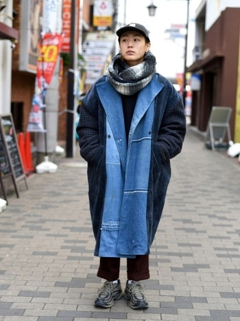 メンズライクな着こなしのストリートスタイルのポイントはシルエット。オーバーサイズの丸みのあるシルエットが無骨さをやわらげ、憎めない可愛らしさを醸し出しています。