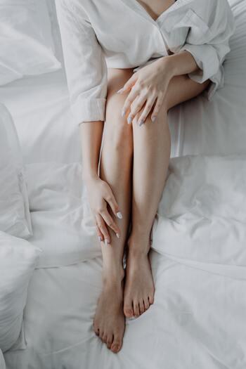 """前ももの""""大腿四頭筋""""と裏ももの""""ハムストリング""""を効率よく同時に鍛えることができるので、スッキリとした美脚を目指せます。ハムストリングが強化されることで、ヒップの境目がしっかり作れるので脚長効果も期待できます。"""