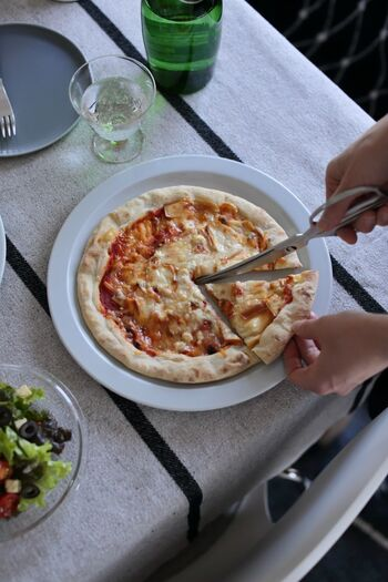 ピザカッターがなくても、キッチンバサミがあればピザのカットがスムーズにできます。具が生地からずれてしまうストレスもなし!