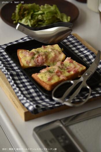 具材たっぷりのトーストを切る時も、キッチンバサミが活躍します。具材が崩れることも、お皿を傷つけることもなく切れるのが嬉しい♪
