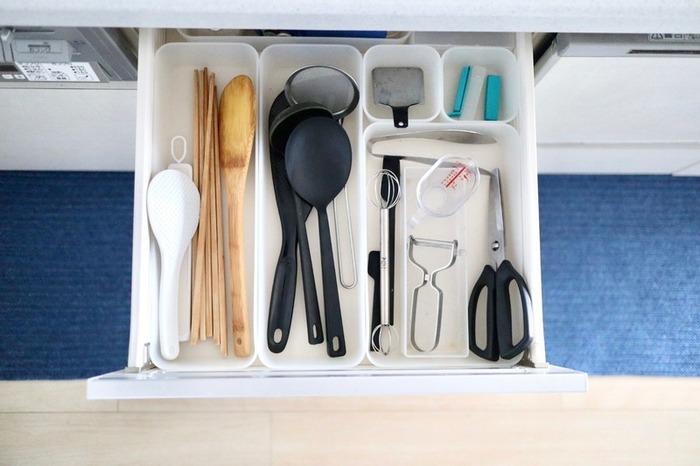 引き出しは定番の収納場所ですよね。他のキッチンツールと混ざらないように、ケースを活用するのがおすすめ。使いたい時、どこにあるか一目で分かりますね!