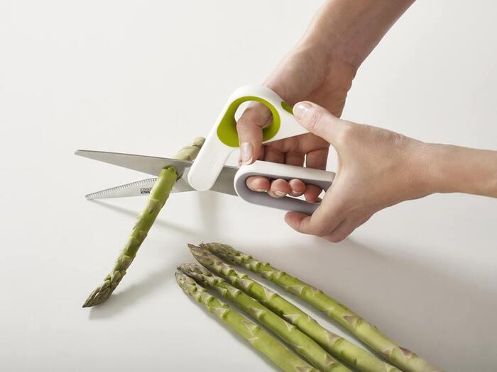 左右で形の異なる持ち手が特徴のハサミです。サムグリップが付いていて、両手で切れるつくりになっています。硬い食材も力を込めて切りやすい!