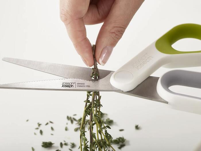 刃に開いた小さな穴は、ハーブを取るのに使えます。茎を穴に通して引き抜くだけなので簡単♪