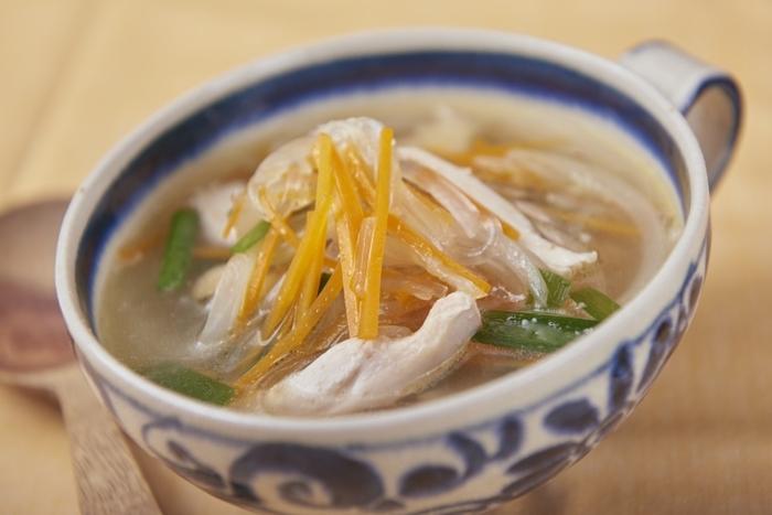 ボーンブロスをとった時の鶏肉をとっておき、ほぐして入れるとボリュームのある春雨スープになります。野菜と春雨、鶏肉でバランスがよく、忙しい朝ご飯におすすめ。ささっと作って、ささっと食べられます。