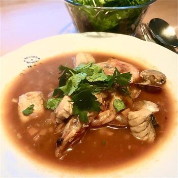 魚のアラから出汁をとった魚のボーンブロススープです。アラはさっと湯引きしてから、流水で洗うと余計な臭みが出ません。  海老やアサリは煮こみすぎると、硬く締まってしまいます。スープのベースができてから、海老とアサリを入れて、3分煮こめば完成です。