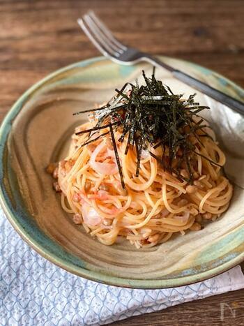 パスタは電子レンジを使って加熱し、あとは食材を和えるだけ♪とっても簡単なイカ納豆めんたいパスタです。シソやオクラ、菜の花等とも合いそうですね♪