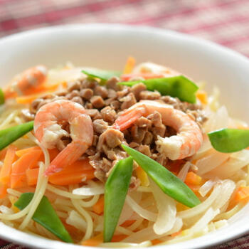 野菜とエビの旨味がつまった、納豆エスニックスープスパゲティ。スープにはタバスコを入れてスパイシーに仕上げます。身近な食材も、組み合わせればとても贅沢な一品に変身しますね*
