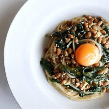 """鍋の定番""""春菊""""ですが、ついつい余らせてしまいがちですよね。使いきれなかった春菊がある時は、こちらの春菊と納豆のパスタレシピを参考にしてみましょう♪混ぜるだけで出来るのでとても簡単。卵黄との相性も抜群です。"""