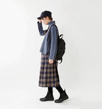 まだまだ人気が衰えない黒のサイドゴアブーツ。柔らかい色合いのスカートコーデに、ブーツ、タイツ、キャップ、バッグと小物全てを黒でまとめています。服を主人公に仕立て上げて統一感も出す、職人的存在。