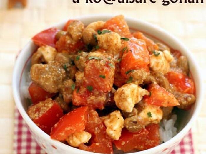 和食の定番の納豆を洋風にして丼にしたユニークなレシピです。納豆にトマト&クリームチーズを合わせた味わいに、ぜひ挑戦してみてください。味付けには醤油とすりごまを使っています。パセリを振ると、見た目も素敵な洋風に♪