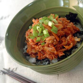 こちらは、素材を混ぜてのせるだけの簡単韓国風レシピです。ツナ缶とキムチ、ごま油、いりごまを混ぜたものがメイン。韓国海苔があると、韓国風味をより楽しめます。万能ネギを散らしていただきましょう。