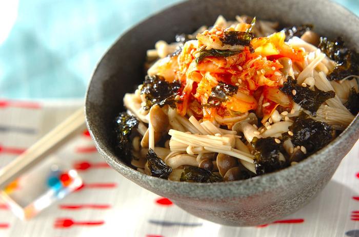 こちらは、きのことキムチを合わせた丼です。きのこは、しめじとえのきを使っていますが、お好みでアレンジしても良いでしょう。きのこは電子レンジで加熱するのでとっても簡単です。醤油と塩、オイスターソース、ごま油で和えてナムルにしてから、キムチや韓国海苔などと一緒にご飯にのせて食べましょう♪