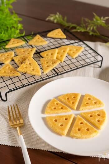 サクサク食感がやみつきになるチーズクッキー。ブラックペッパーをお好みで振りかけて、おつまみとして楽しむのもオススメ◎オーブン不要・フライパンで作れるからとても簡単です!