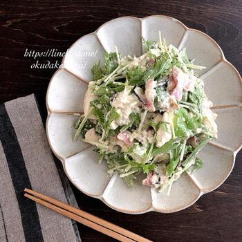 洋風メニューの副菜に合いそうな、アスパラとベーコン、水菜の白和え「意地でも火を使わない」メニューだそうです。火を使わずラクをしたい日に、ぜひ!