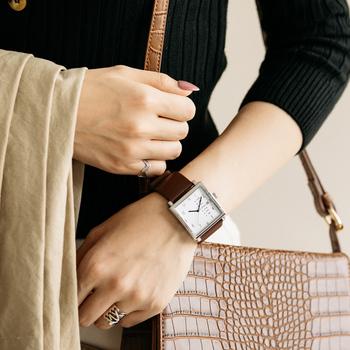 手元を大人っぽく仕上げてくれるブラウンのレザーベルトは、落ち着いた雰囲気にも馴染むのでオフィスシーンで使えるアイテム。かっちりとしたレザーバッグとの相性もよく、印象的な手元を演出します。