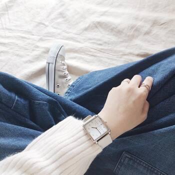デニムやチノパンツなどを使ったボーイッシュなスタイリングなら、手元を明るくしてくれるホワイトベージュで大人カジュアルを爽やかにアップデート。これからの季節はもちろん、通年使える万能カラーです。