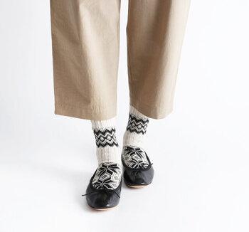 ほっこり暖かい厚みのあるノルディック柄ソックス。パンツの丈感やシューズをバレエシューズにするなど変化を与えることで、様々な足元の柄見せコーデを楽しめます。スカートに合わせても素敵です。