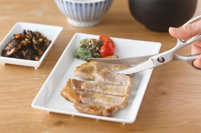 緩やかにカーブした刃は、食材にフィットする絶妙な形。お皿に載せたままカットするのも楽々です。料理を食卓で切り分けたい時にぴったり◎