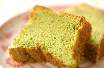ふんわりとしたカステラ風のお菓子は、身近な食材を使って作ることができます。抹茶を加えれば、ほんのり緑色でとても綺麗。時間をおいてしっとりさせても美味しいそうです*