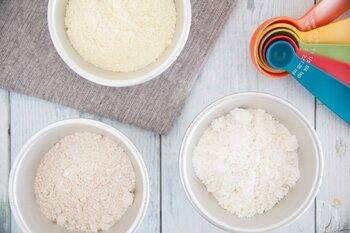 「小麦粉」とは小麦を製粉したもので、大きく分けて、薄力粉・中力粉・強力粉があります。それらの違いは、含まれるグルテン(たんぱく質の一種)の量。グルテンの量が少ないものが薄力粉、多いものが強力粉、中間のものが中力粉です。